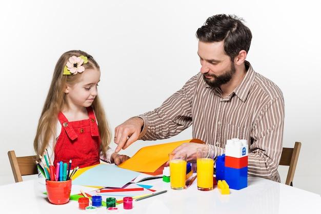 一緒に描いている娘と父親