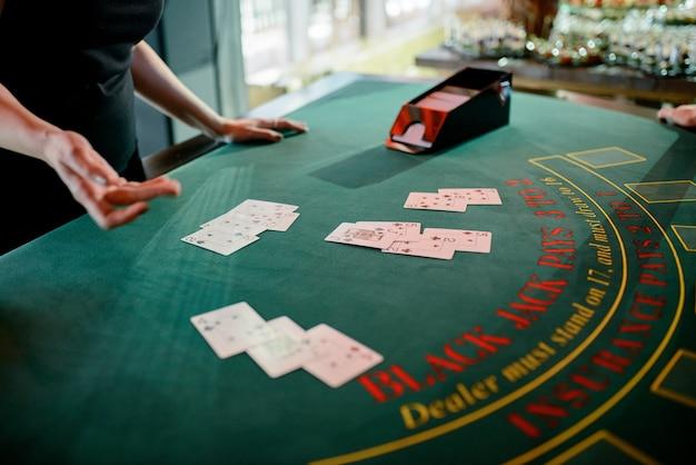 Дилер раздает фишки в казино.