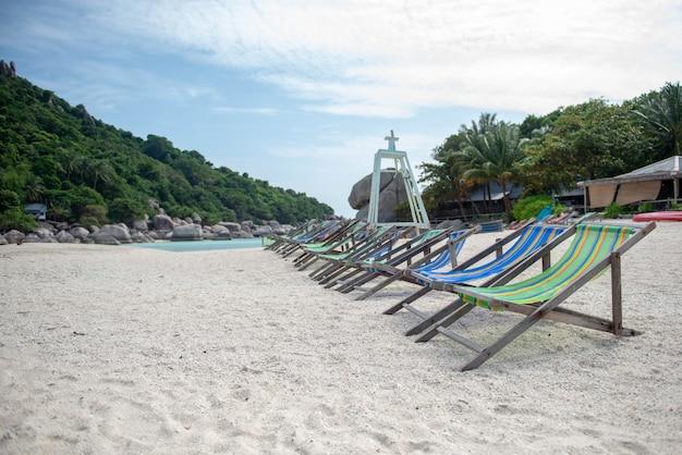 Шестигранный стул находится на острове с горами на заднем плане.