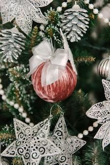 장난감과 선물로 크리스마스와 새해 장식