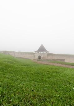 Оборонительная крепость хотинского старинного замка в утреннем тумане.