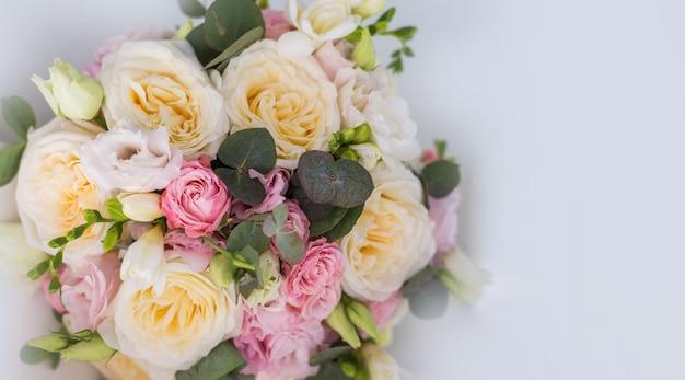 灰色の背景に繊細な素朴な花の花束