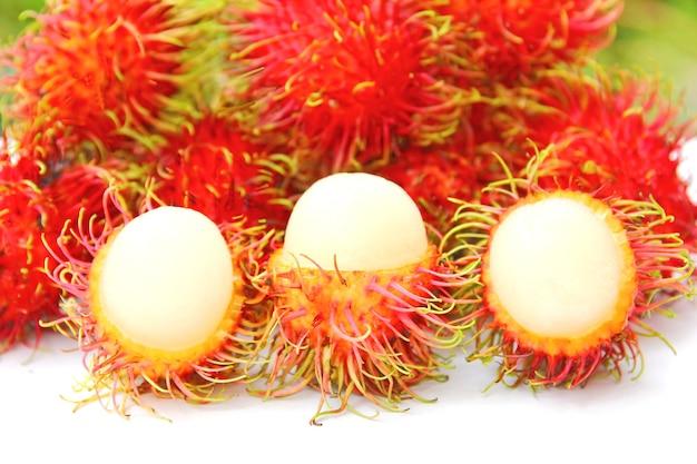 맛있고 달콤한 신선한 람부탄 열대과일과 람부탄 껍질 쇼..