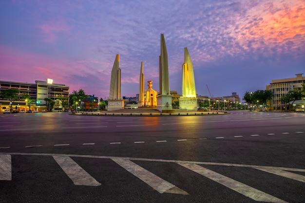 Памятник демократии является историческим памятником конституции в бангкоке, таиланд.