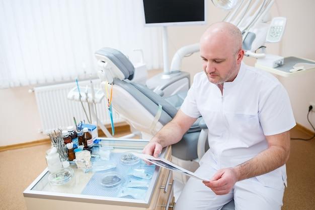 Дантист один на своем рабочем месте, врач в своем стоматологическом кабинете. профессиональное оборудование для стоматологического лечения