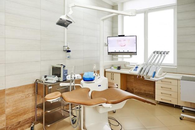 はちみつ器具、薬、インテリアがある歯科医院