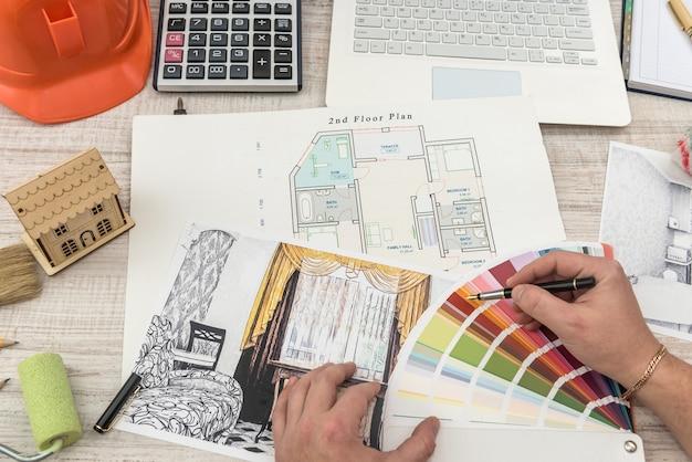 Дизайнер выбирает идеальный цвет для новой квартиры. эскиз современной квартиры