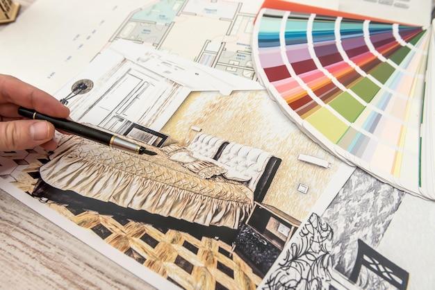 디자이너는 새 아파트의 완벽한 색상을 선택합니다.