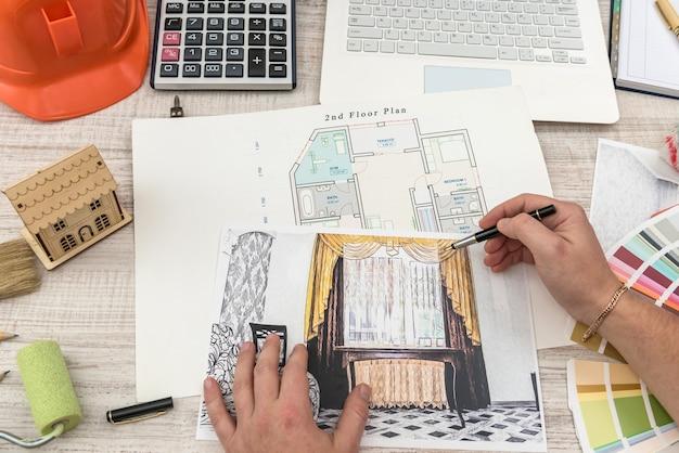 Дизайнер рисует современный эскиз квартиры. домашний дизайн. вид сверху