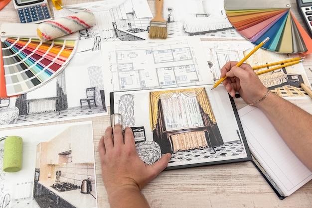 Дизайнер рисует современный эскиз квартиры.