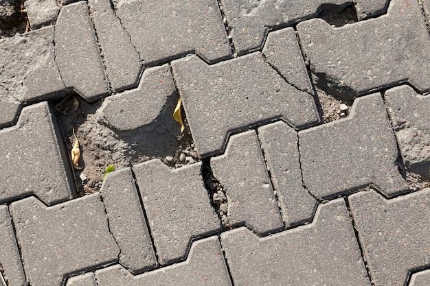 高速道路からのタイルの破壊された部分、破壊されているコンクリートタイルで作られた道路