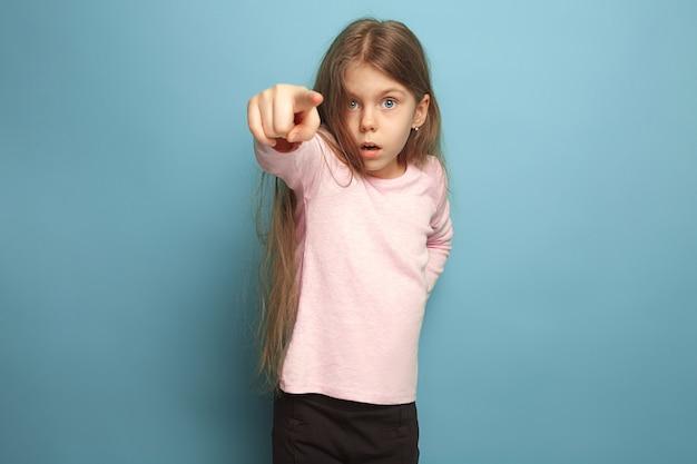 決意。青い背景の上の十代の少女。顔の表情と人々の感情の概念