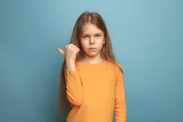 決意。青の十代の少女。顔の表情と人の感情の概念