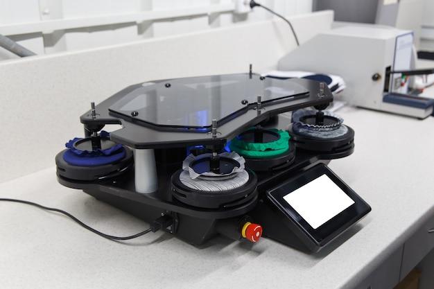 Устройство для определения стойкости тканей к механическим испытаниям на износ образцов различных тканей. выборочный фокус.