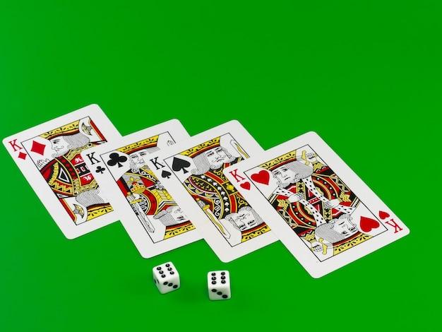 Игральные кости и игральные карты на зеленом сукне (фон).