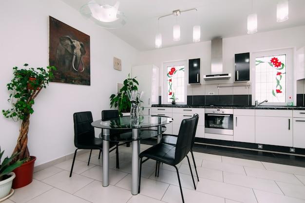 Обеденный стол в квартире рядом с кухней