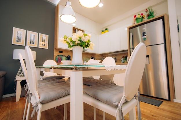 Обеденный стол в квартире. стол на обед в гостиной. столовая.