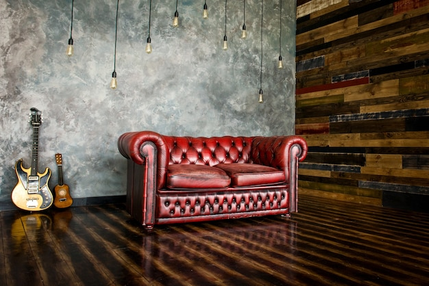 디반은 내부의 부르고뉴 색상의 영광입니다.