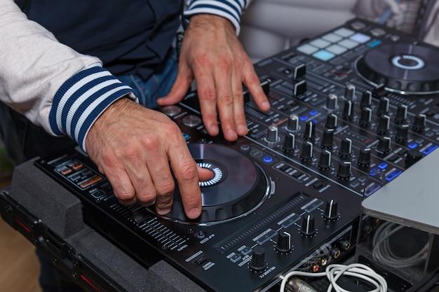 음악 콘솔에 dj의 손입니다. 나이트 클럽에서 dj 콘솔 cd mp4 디제이 믹싱 데스크 음악 파티. 음악 실험을 위한 dj 콘솔