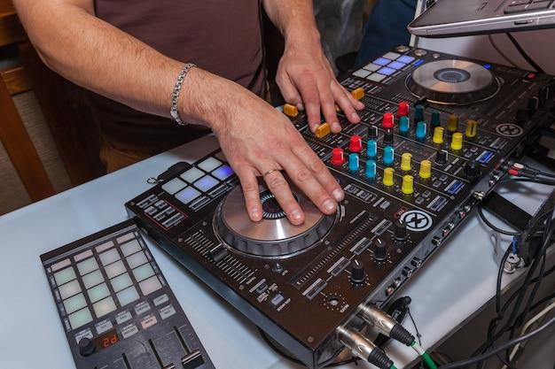 Dj는 음악 콘솔에 손을 댄다 Dj 콘솔 Cd Mp4 디제이 믹싱 데스크 음악 파티 나이트클럽 프리미엄 사진