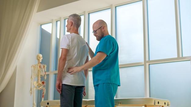 医師は背中の問題の完全な病歴を収集し、詳細な身体検査を行います...