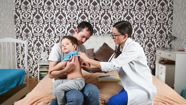 의사는 집에서 아픈 아이를 검사합니다.