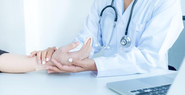 医師は腕の事故で患者を抱きしめ、健康診断の結果を励まし説明した。