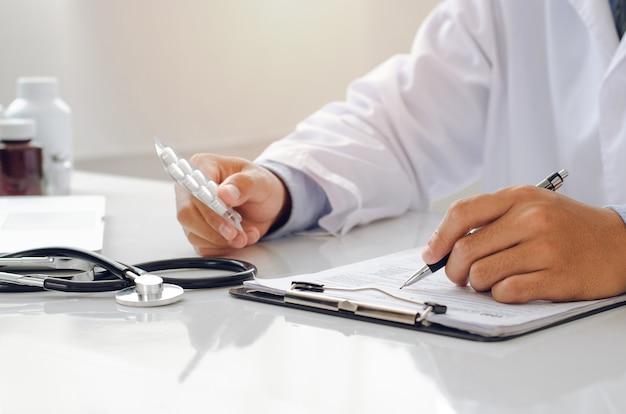 医師は薬のシートを持ってarvの薬剤リストの妥当性を確認し、研究結果に記録しました。
