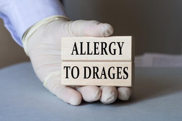 Врач держит карточку с текстом аллергия на практики. медицинская концепция