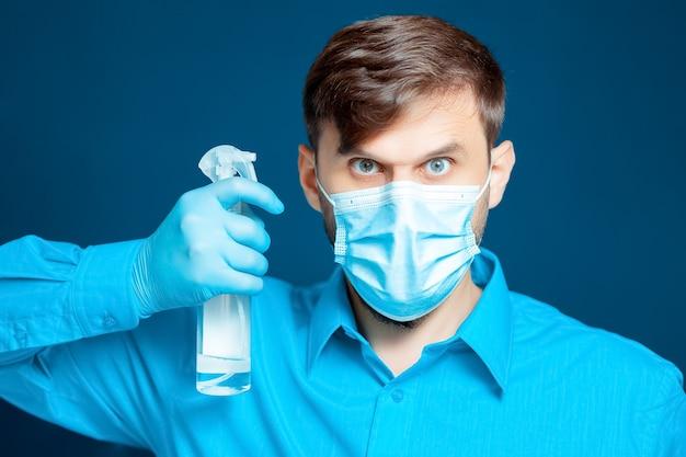 의사는 그 앞에서 손 소독제를 들고 있다