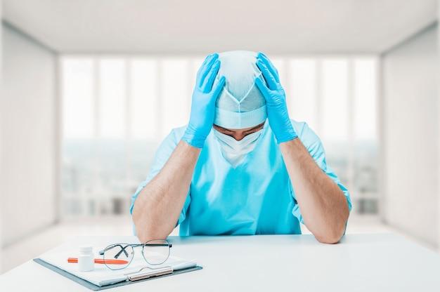 Врач в клинике разочарован результатами работы. концепция медицины. смешанная техника