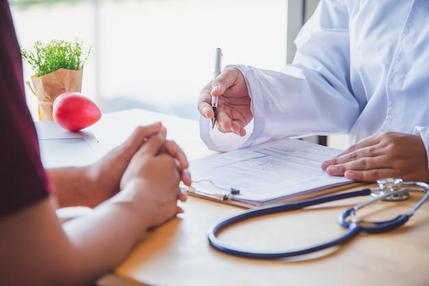 의사는 결과 및 치료 지침에 대한 신체 검사 후 환자와 논의 중입니다.