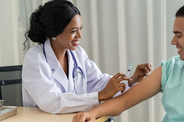 医者はウイルスに対して予防接種をしています