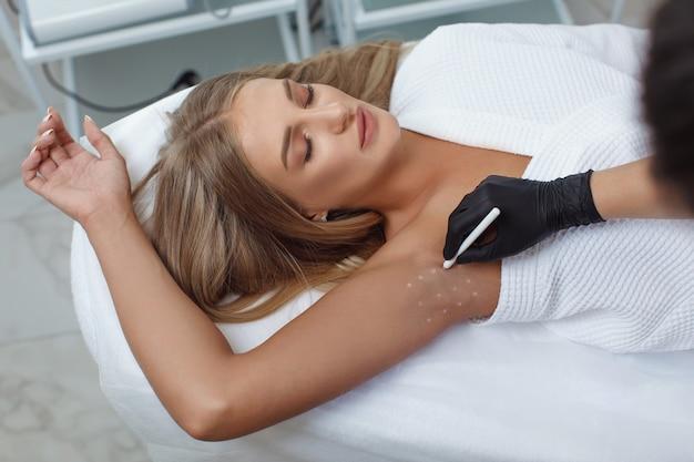 의사는 다한증에 대비하여 겨드랑이 부위에 보툴리눔 독소를 근육 주사합니다.