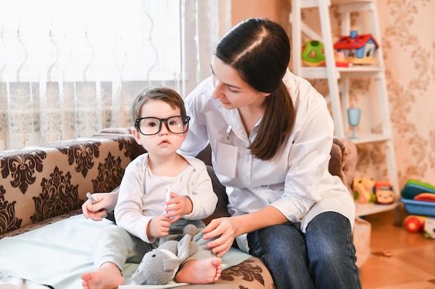Доктор играет с ребенком
