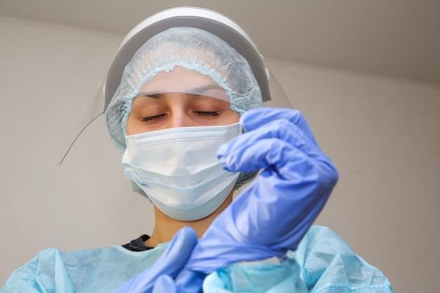 医者は目を閉じて手袋をはめます
