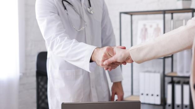 의사는 환자와 악수