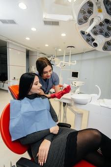 医者は患者の顎のギプスを見せます。歯科。