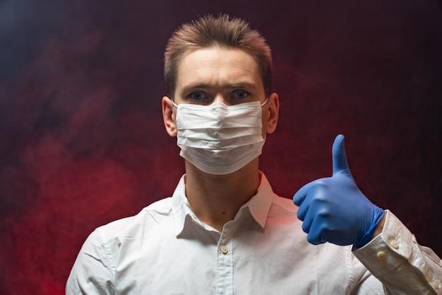 Врач показывает, что в эпидемии необходимо использовать респираторную маску. Premium Фотографии