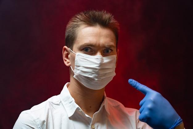 Врач показывает, что в эпидемии необходимо использовать респираторную маску.