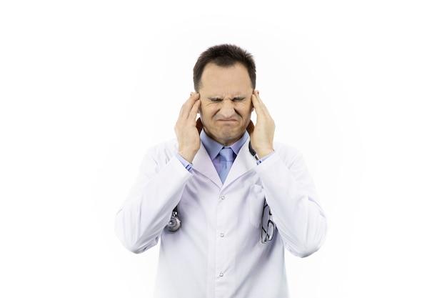 医者は激しい頭痛に苦しんでいます。片頭痛発作。耳のノイズ。