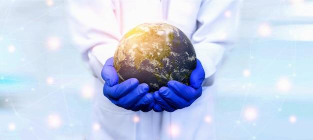 医者は地球バナーを保持している手袋を着用します