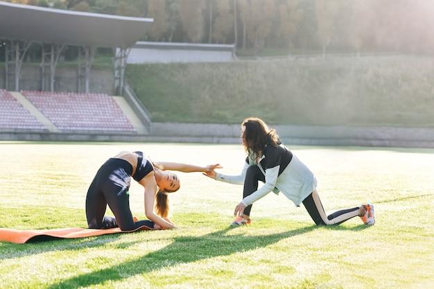 의사는 스포츠우먼의 특정 근육 그룹이나 관절 물리 치료사 전문가 확인 작업