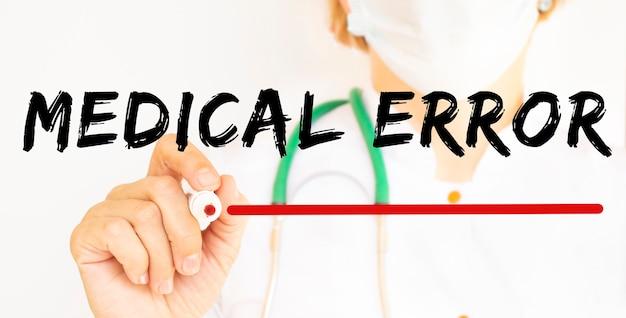 의사는 마커와 함께 medical error라는 텍스트를 씁니다. 의료 개념.