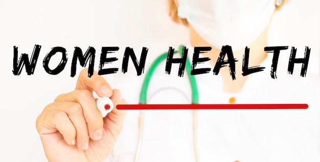 의사는 마커와 함께 women health 텍스트를 씁니다. 의료 개념.