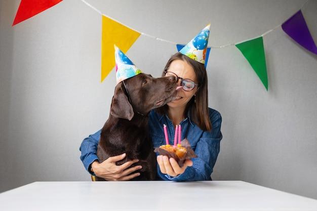 개 생일 휴일은 래브라도 리트리버를위한 애완 동물 양초와 케이크의 생일입니다.