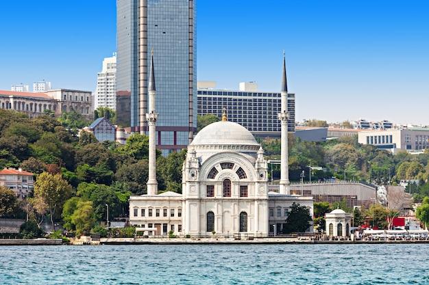 ドルマバーチェモスクはトルコのイスタンブールにあります。それは、王大妃のベズミ・アレム・ヴァリデ・スルタンによって委託されました。