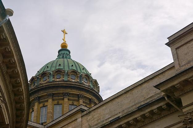 백그라운드에서 흐린 하늘과 카잔 대성당의 돔.