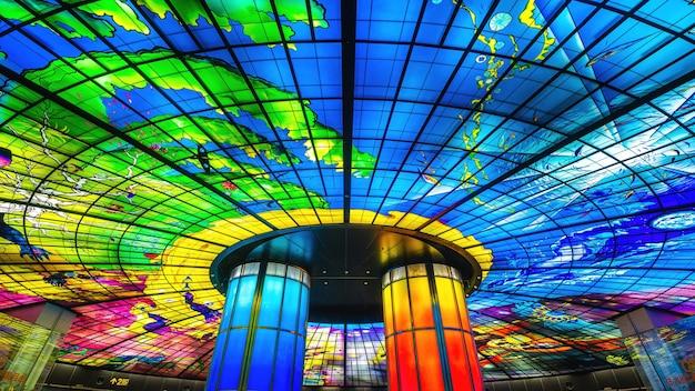 台湾高雄市の美麗島駅にある光のドーム。