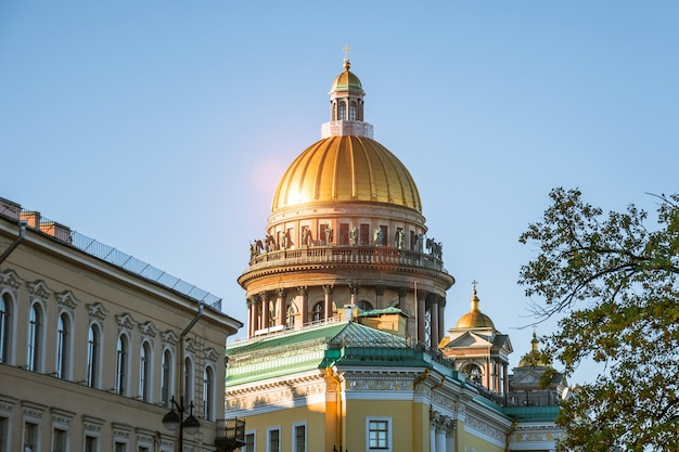 サンクトペテルブルク市内の他の歴史的建造物の上にある聖イサアク大聖堂のドーム。